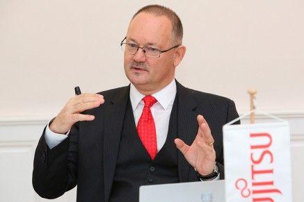 Wien - Wilhelm Petersmann, neuer Managing Director von Fujitsu ÷sterreich pr‰sentiert die zuk¸nftige Marschrichtung und gibt Einblicke in die neue Fujitsu-Studie 'Der digitale Drahtseilakt'.
