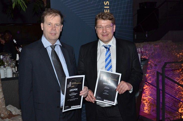 Heinz-Josef Claes (l.) und Wilfried Cleres mit den Urkunden