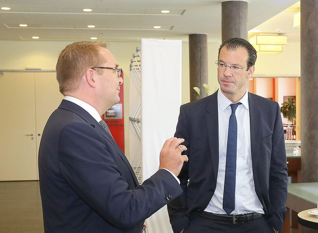 Letzte Abstimmungen vor der Gründungssitzung: Dr. Rolf Werner im Gespräch mit Jens Mühlner von der Telekom zu den Potenzialen der Charta der Digitalen Vernetzung. Quelle: BILDSCHÖN