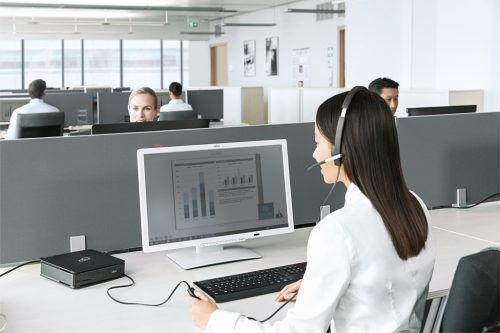 Frau arbeitet mit Mini-PC