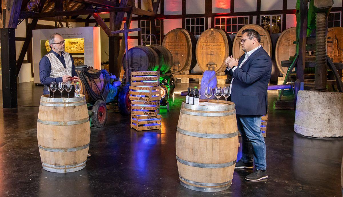 Bei der Weinprobe: Moderator Martin Puscher im Expertengespräch
